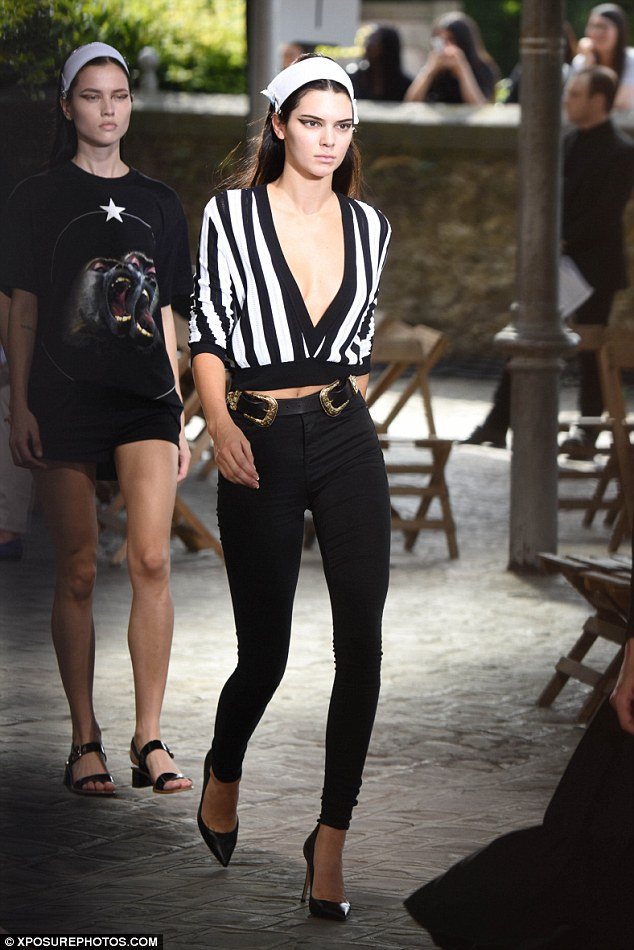 2A01A27900000578-3140536-Catwalk_ready_Kendall_was_heading_straight_over_to_the_Givenchy_-a-7_1435343486218
