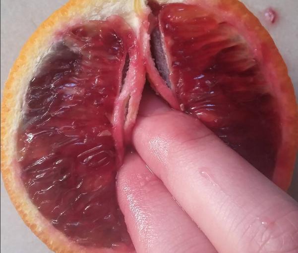 manoseando frutas