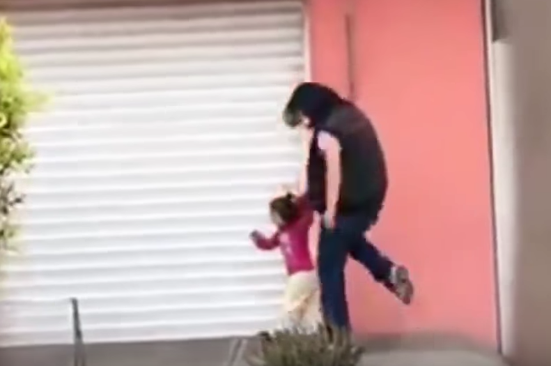 mujer pateando a su hija