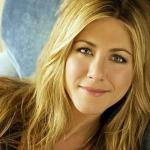 A sus 47 años Jennifer Aniston impacta con escote de infarto y luce más sexy que nunca