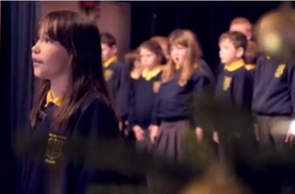 Niña con autismo sorprende cantando