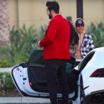 Lo rechaza diciendo que está casada, pero al ver su Lamborghini inmediatamente cambia de opinión