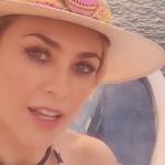 Aracely Arámbula presume su espectacular trasero en un bikini rojo