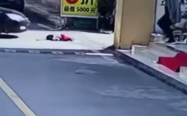 provoca que un auto atropelle a su hija