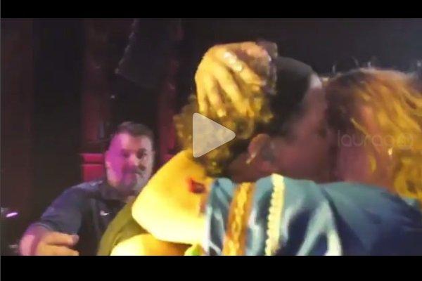 beso a Carlos Vives