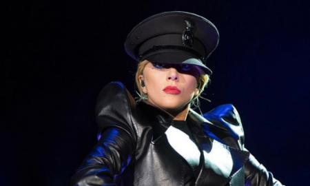 Lady Gaga posa sin sostén