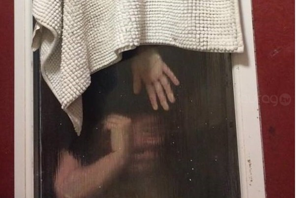 Mujer queda atrapada en la ventana del baño
