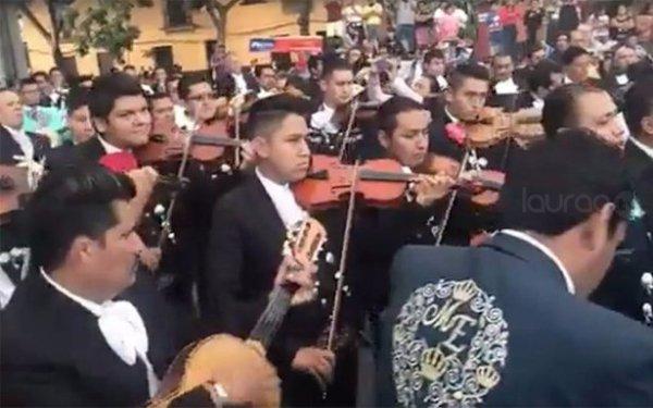 Mariachis cambian canciones por víveres para víctimas