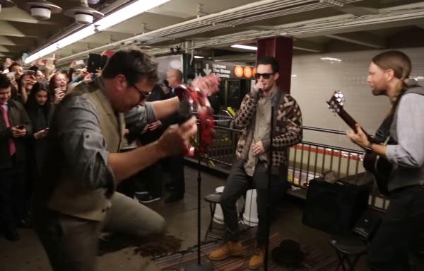 Maroon 5 sorprendió a pasajeros del metro de NY