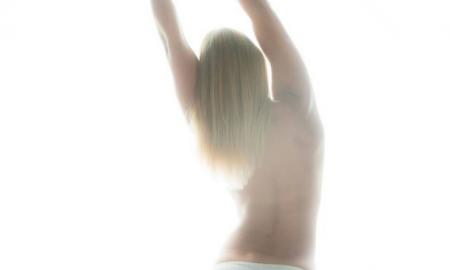modelo sale de compras completamente desnuda