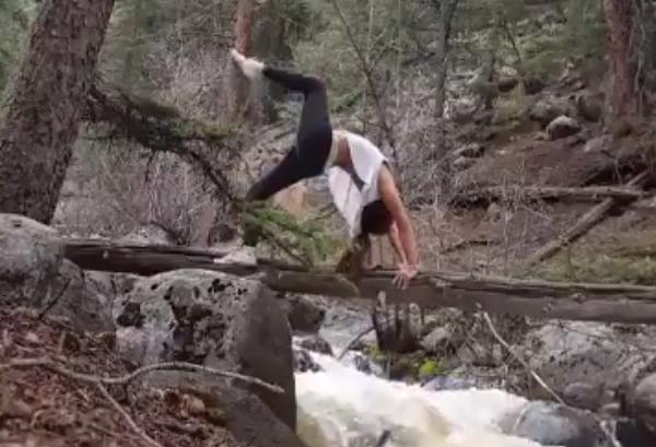 yoga cerca de un río
