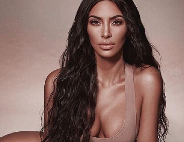 4f71248f9464 Kim Kardashian presume cinturita de infarto en un diminuto bikini ...