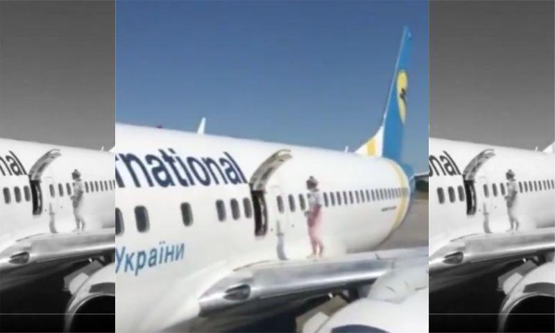 avion-pasajera-puerta-de-emergencia